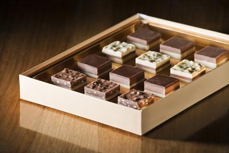 cafe bombon: Surtido de dulces de chocolate en una caja de cerca