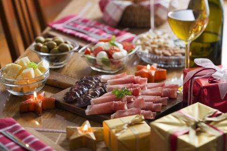 salami: Tabla completa de prosciutto, aceitunas, queso, ensalada y vino para vacaciones