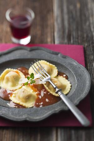raviolo: Ravioli pasta with red tomato sauce