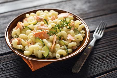 macarrones: Pasta fresca con salmón ahumado y verduras