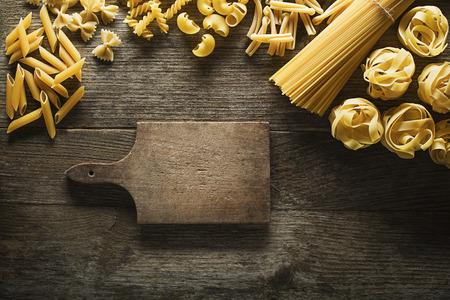 素朴な木製の背景のパスタ コレクション
