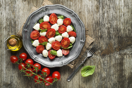Queso mozzarella con tomate y aceite de oliva Foto de archivo - 37152565