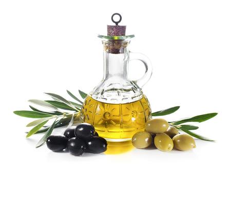 Olijfolie en olijven tak geïsoleerd op wit