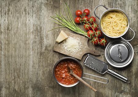 tomato sauce: Pasta con salsa boloñesa y queso parmesano en la mesa de madera Foto de archivo
