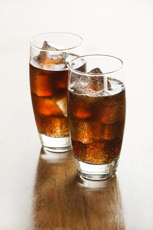 alimentos y bebidas: Vidrio de cola fresca o bebida refresco con cubitos de hielo.