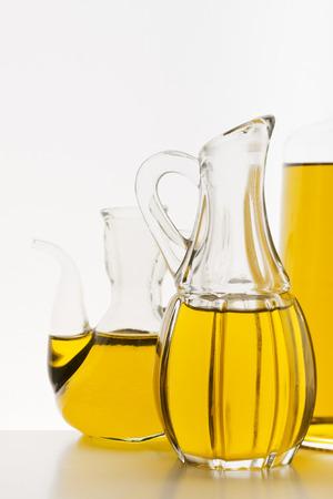 aceite de oliva: El aceite de oliva en las botellas en el fondo blanco.