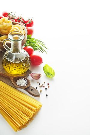 speisekarte: Raw Pasta mit Zutaten auf wei�em Hintergrund.