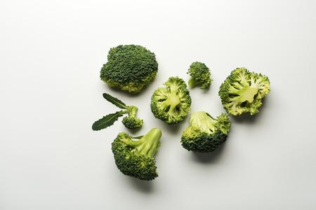 brocoli: Brócoli fresco crudo aislado en un fondo blanco.