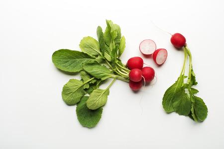 verduras verdes: rábano rojo fresco aislado en un fondo blanco de cerca.