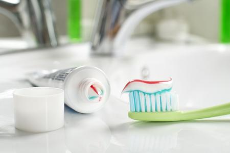 pasta dental: Cepillo de dientes y pasta de dientes en el baño de cerca.