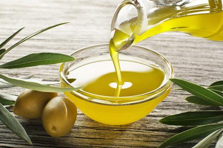 Butelka nalewania oliwy z oliwek z oliwek w bowl zamknąć