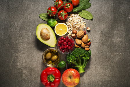 forme et sante: Sélection d'aliments sains avec des légumes et des fruits. Aliments diététiques pour le coeur, le cholestérol et le diabète.