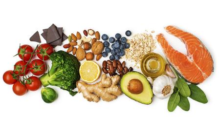 Selectie van gezond voedsel op witte achtergrond. Gezonde voeding voor hartcholesterol en diabetes. Stockfoto