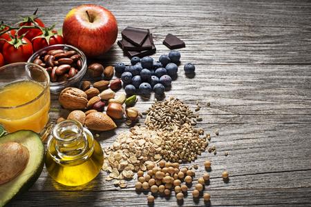 comidas saludables: Selección de alimentos saludables sobre fondo de madera. Dieta saludable para el colesterol y la diabetes Foto de archivo