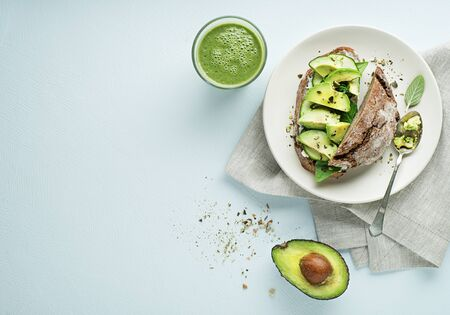 Delicious healthy meal served with Avocado sandwich made with fresh sliced avocados. Concept for a tasty and healthy meal. Foto de archivo - 129346392