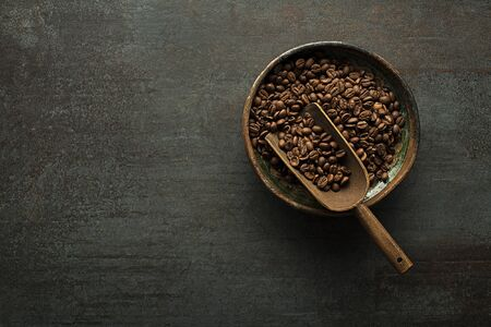 Roasted Coffee beans on dark table. Copyspace for your concept text Foto de archivo - 129420086