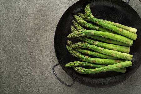 Fresh of green Asparagus. Cooking healthy meal in pan. Bunches of green asparagus Foto de archivo - 129832748