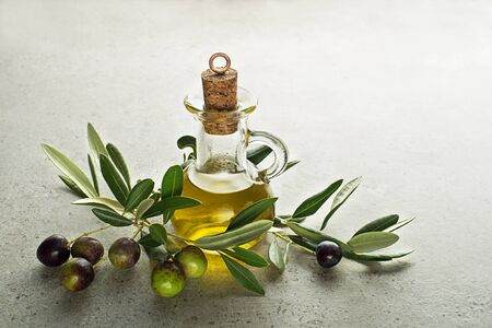 Healthy olive oil bottle with fresh olives ingredients close up. Healthy concept Foto de archivo - 132011498