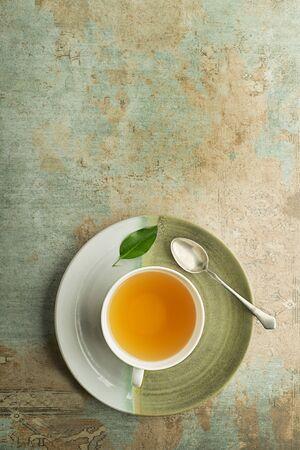 Cup of green and herbs tea served with fresh leaf Zdjęcie Seryjne