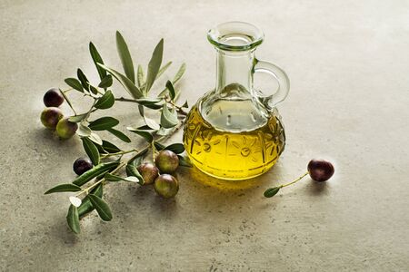 Bottle of Extra virgin healthy Olive oil with fresh olives close up Zdjęcie Seryjne