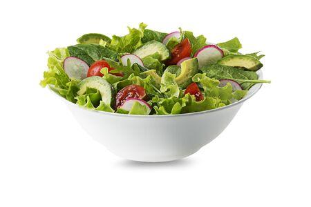 Ensalada verde con aguacate, tomate y verduras frescas aislado sobre fondo blanco.