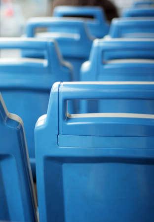 asiento: atr�s de autobuses urbanos azules vacaciones esca�os  Foto de archivo