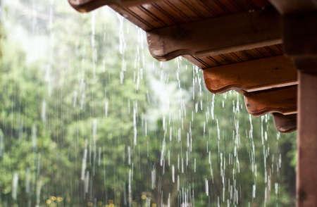 lloviendo: La lluvia y el techo