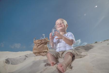sorbo: Baby drinks last sip of water Foto de archivo