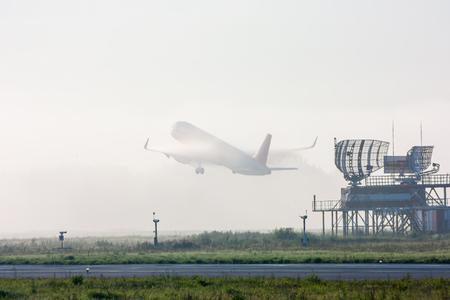 Невероятный самолет взлетает в тумане
