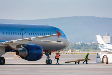 Подготовка самолета для тягача