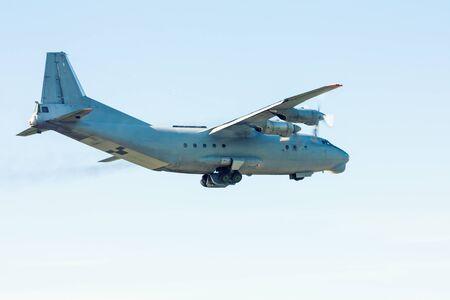 Снимают старый транспортный турбовинтовой самолет