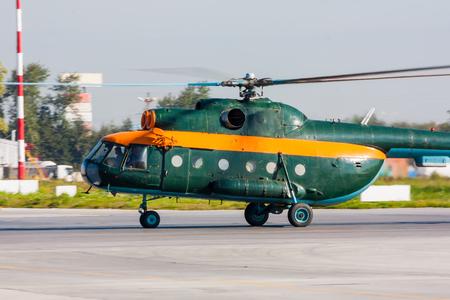 Вертолет рулении на перрон Фото со стока