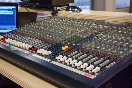 Комната звукорежиссером на спортивной арене Фото со стока