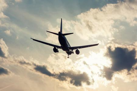 Посадка самолета в подсветке Фото со стока
