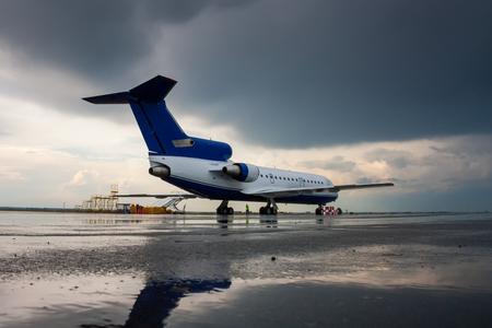 Самолет на перрон после дождя