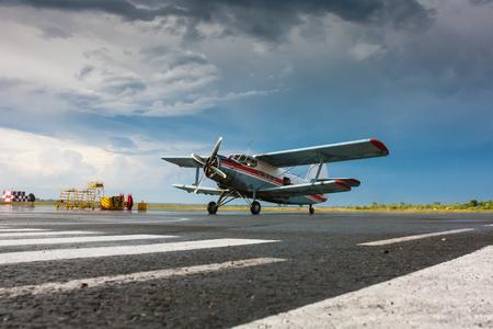 Ретро самолет на перрон после дождя Редакционное