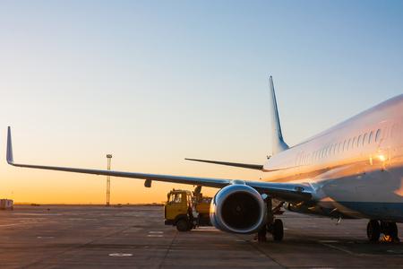Техническое обслуживание воздушных судов в перрон утром Фото со стока