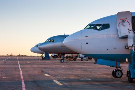 Самолет носы утром перрон
