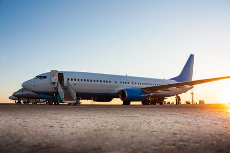 Самолеты в утром перрон Фото со стока
