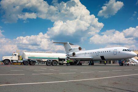Дозаправка самолета в небольшом аэропорту Фото со стока