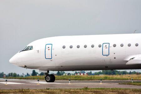 Самолет выруливает на МРД в небольшом аэропорту
