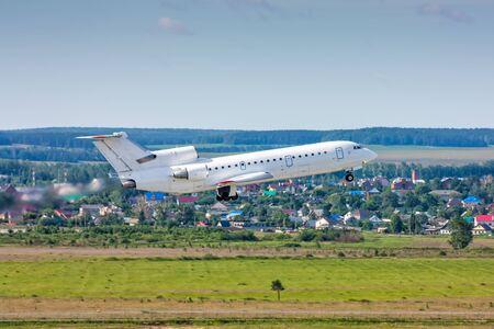 Самолет взлет в голубом небе Фото со стока