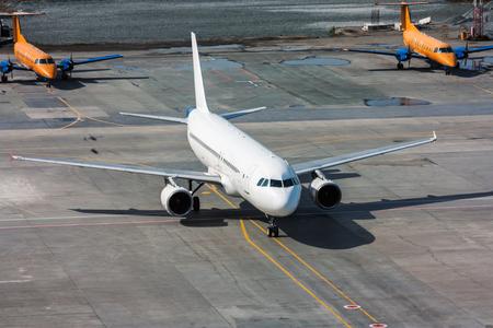 Самолет выруливает на стоянку Редакционное