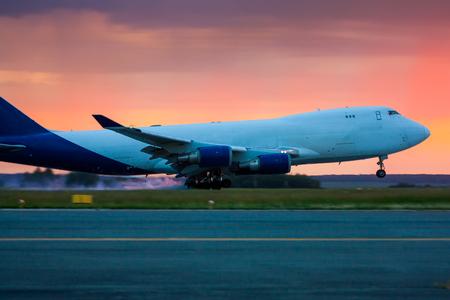 Посадка широкофюзеляжный грузовой самолет в начале лета утром
