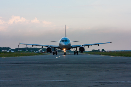 Руление самолет рано утром на МРД