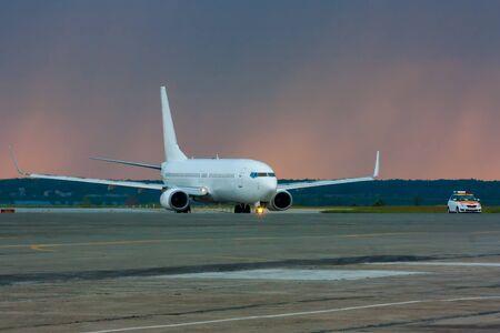Самолет движется следовать за мной машину на МРД на фоне утреннего дождя