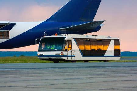 Аэропорт автобус в утреннем свете