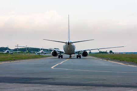 Самолет движется следовать за мной машину Фото со стока