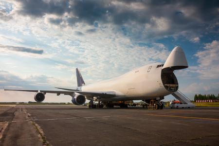 Разгрузка самолета грузовой широкофюзеляжный