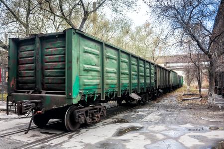 Грузовые железнодорожные вагоны в промышленной зоне Фото со стока